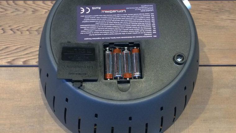 無煙炭火ロータスグリル|電池を入れる