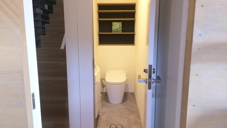壁埋め込み式収納でスッキリとしたトイレ空間に