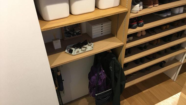 玄関土間収納の実例-収納は扉なしの可動棚で使い勝手を重視