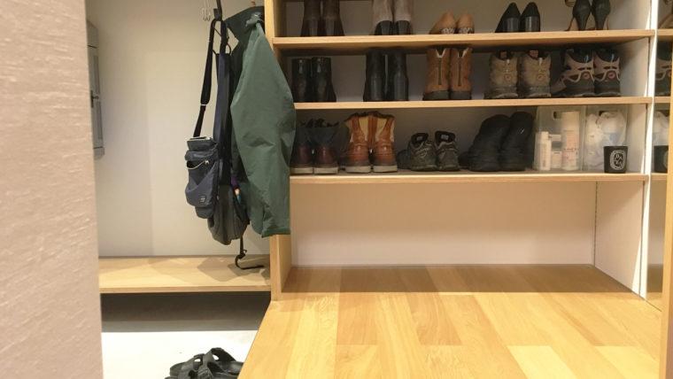 玄関土間収納-靴棚は土間を上がったところに配置