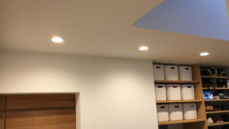 玄関土間収納-照明は玄関と兼用してコストダウン